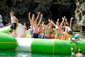 Élèves de l'école à un parc aquatique à Malte