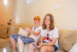 Étudiants assis dans le sofa de leur famille d'accueil
