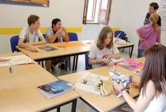 Étudiants travaillant sur un projet d'anglais en classe
