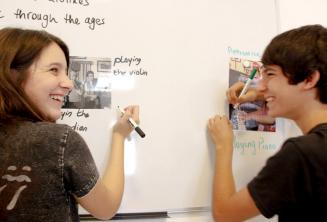 2 étudiants travaillent ensemble au tableau de classe