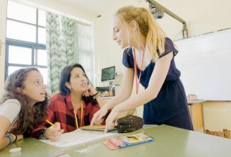 Un professeur donnant des cours d'anglais à 2 étudiants