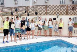 Jeunes étudiants d'anglais reçoivent leur certificats des cours