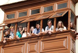 Étudiants ados au balcon de l'école