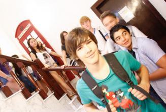 Un groupe d'étudiants en face d'une cabine téléphonique rouge