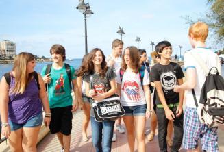 Jeunes étudiants marchant ensemble
