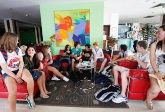 Étudiants de langue anglaise dans le hall de la résidence de l'école