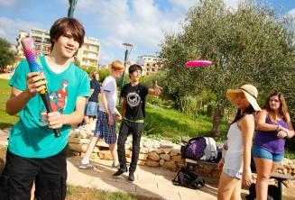 Étudiants jouent au baseball et au frisbee au parc de la résidence