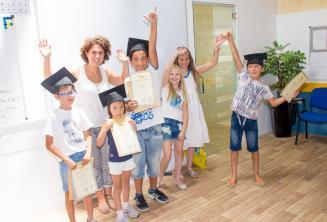 Enfants avec leurs certificats des cours d'anglais