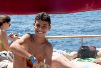 Un jeune étudiant de l'école lors d'un voyage en bateau