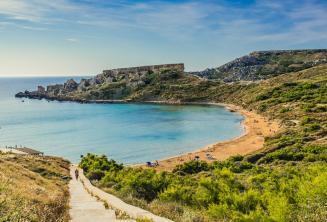 Vue d'une plage de sable à Mellieha, Malte