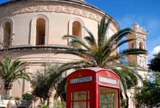 Cabine téléphonique rouge en face du rond-pont de Mosta