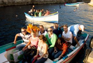 Les étudiants prêts pour un voyage en bateau à Blue Grotto.