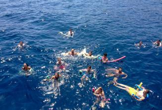 Un grand groupe d'étudiants d'anglais nageant ensemble.