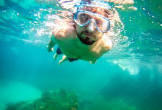 Un étudiant faisant de la plongée