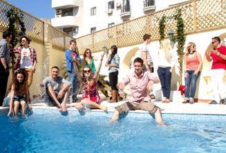 Les étudiants de langue se rafraîchissent à la piscine de l'école