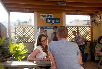 Étudiant d'anglais parlant à son professeur à la terrasse