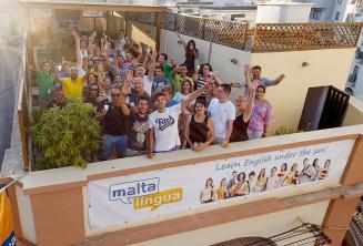 Les étudiants de langue dans la terrasse sur le toit
