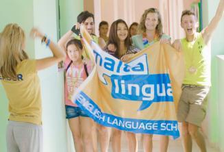 Un groupe d'étudiants avec un drapeau à l'école d'été