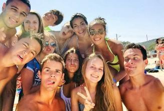 Étudiants de l'école de langue à la plage avec des drôles de tête
