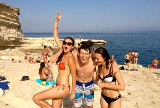 2 étudiants ados lors d'une excursion de l'école de langue à St Peters Pool, Malte