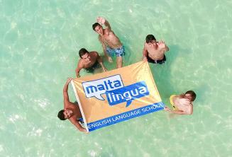 Jeunes étudiants à une excursion à Blue Lagoon, Malte