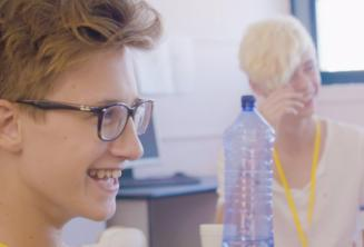 Le garçons sourient en classe