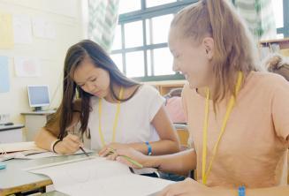 2 filles travaillent ensemble en classe d'anglais