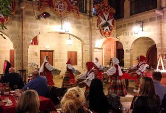Les danseurs traditionnels maltais en un spectacle dans un restaurant