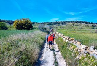 Un groupe d'étudiants d'anglais marchant dans la campagne à Malte