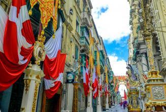 Une rue à Valletta, Malte décorée de drapeaux