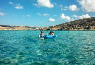 Les étudiants de l'école de langue nageant à Blue Lagoon à Comino