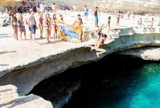 L'école d'anglais Maltalingua sautant à St Peter's Pool