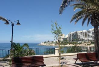 La promenade d'Exiles Bay à Sliema se trouve à 5 minutes à pied de l'école.